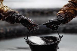 النفط يرتفع ويسجل أعلى مستوى له منذ عام ونصف