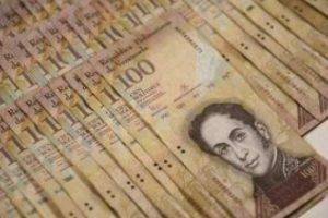 فنزويلا تسحب فئة 100 من عملتها البوليفار من التداول