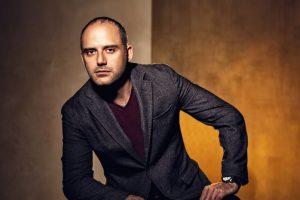 الفنان حازم سمير يعلن عن تعاقدة الرسمي على بطولة مسلسل بين عالمين