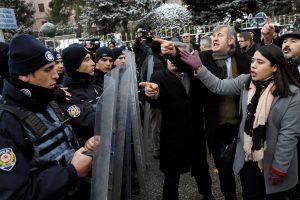 قوات الشرطة التركية تفريق مئات المحتجون أمام  البرلمان
