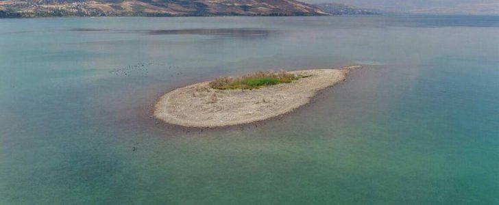 ظهور جزيرة وسط بحيرة طبرية يثير الكثير من التساؤلات
