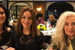 الفنانة رغدة بعد طول غياب تظهر في عشاء مع حنان مطاوع